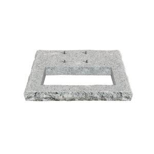 42/BSQ: Base quadrata in granito con area di riempimento ciottoli