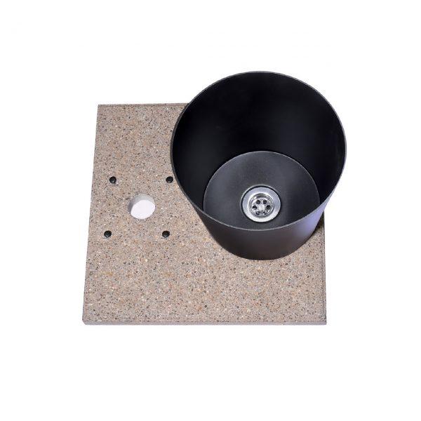 Base in graniglia di cemento completa di vaschetta con piletta di scarico.